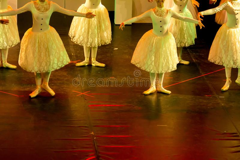 Danseurs classiques avec les robes classiques exécutant un ballet sur le fond de tache floue image stock