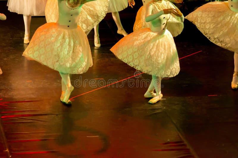 Danseurs classiques avec les robes classiques exécutant un ballet sur le fond de tache floue images stock