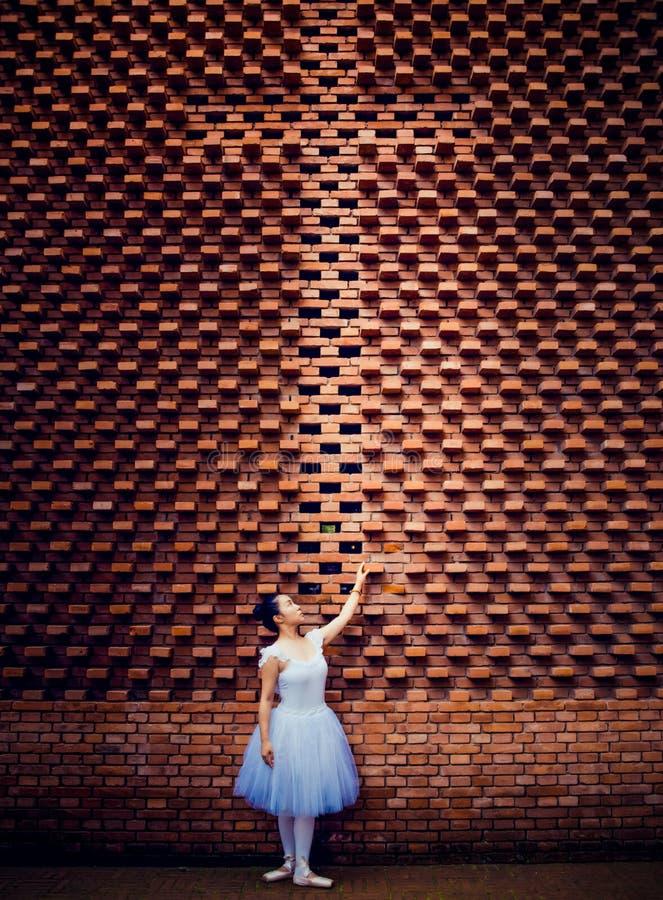 Danseurs classiques, croix, murs de briques rouges image stock