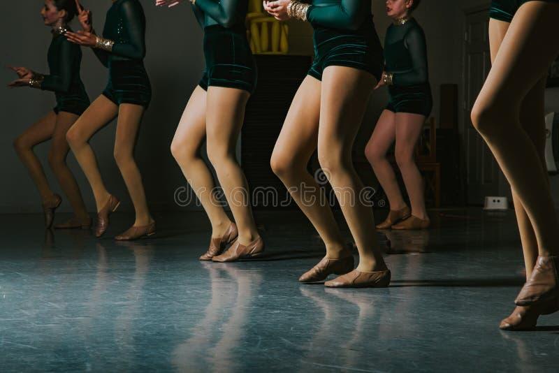 Danseurs classiques de la jeunesse effectuant la répétition dans le ` rouge et blanc s de tutu image libre de droits