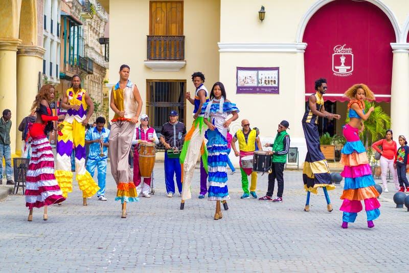 Danseurs colorés de rue sur des échasses à vieille La Havane photographie stock libre de droits