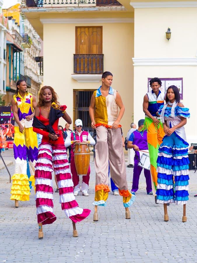 Danseurs colorés de rue sur des échasses à vieille La Havane photo libre de droits