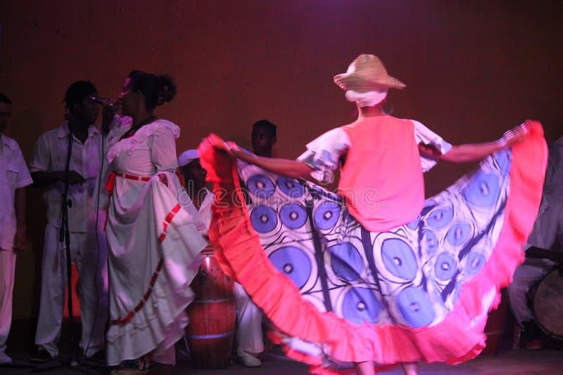 Danseurs cubains, chanteur et son orchestre image stock