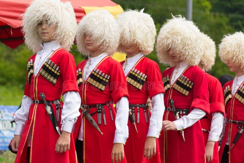 Danseurs d'enfants d'Adyghe dans des costumes nationaux au festival ethnique circassien dans Adygeya photos libres de droits