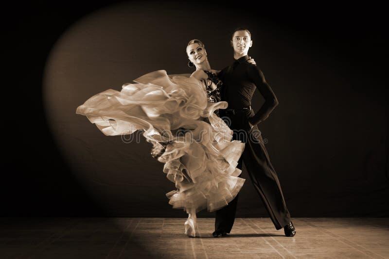 Danseurs dans la salle de bal photographie stock
