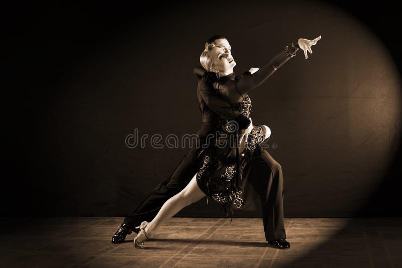 Danseurs dans la salle de bal d'isolement sur le fond noir photographie stock