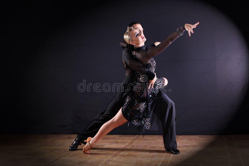 Danseurs dans la salle de bal d'isolement sur le fond noir photographie stock libre de droits