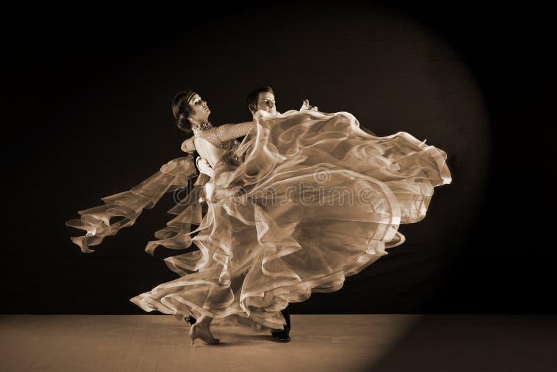 Danseurs dans la salle de bal d'isolement sur le fond noir photo stock