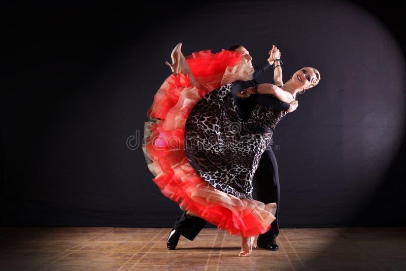 Danseurs dans la salle de bal d'isolement sur le noir image libre de droits