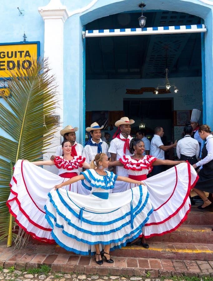 Danseurs dans les coustumes souhaitant la bienvenue à des touristes au Trinidad image libre de droits