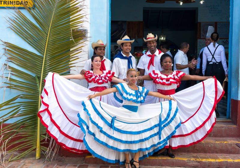 Danseurs dans les coustumes souhaitant la bienvenue à des touristes au Trinidad photographie stock libre de droits