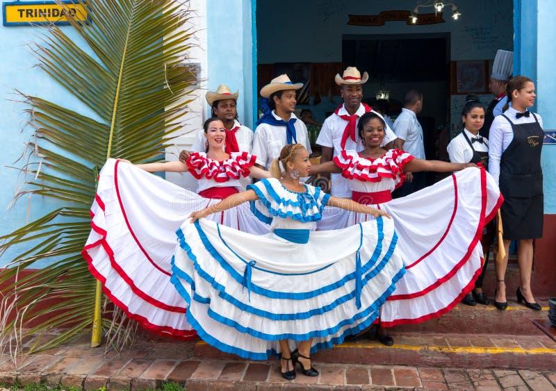 Danseurs dans les coustumes souhaitant la bienvenue à des touristes au Trinidad images stock