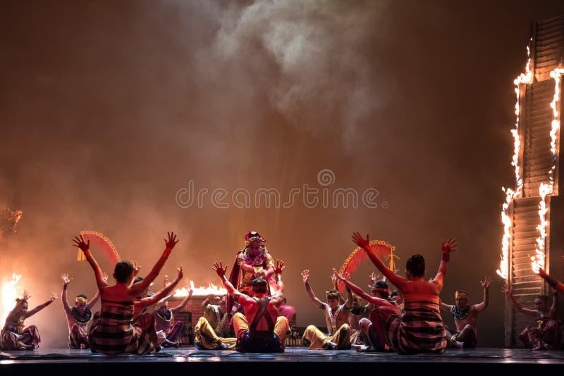 Danseurs de Balinese dans le costume traditionnel exécutant sur l'étape dans la représentation de danse sur l'exposition de Devia images stock