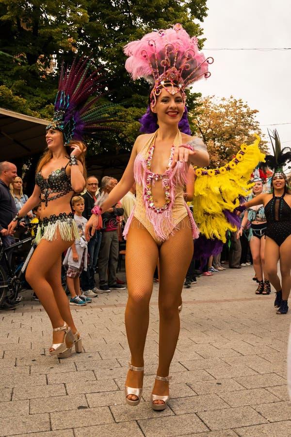 Danseurs de carnaval sur la rue photo libre de droits