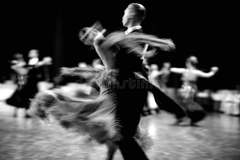 danseurs de couples de danse de salle de bal photos libres de droits