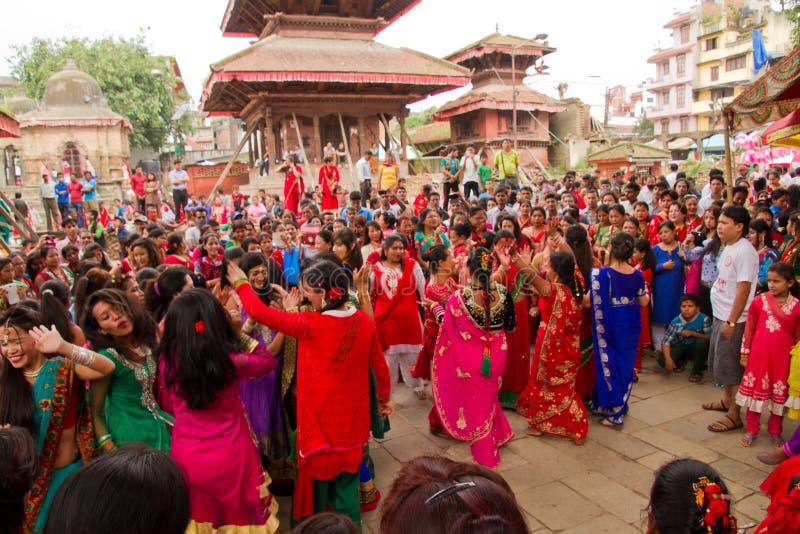 Danseurs de festival de Teej, place de Durbar, Katmandou, Népal photos stock