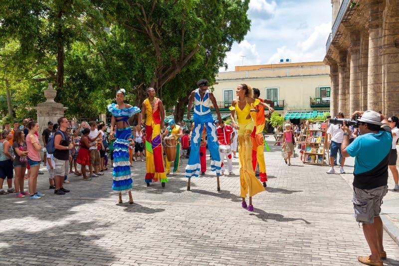 Danseurs de rue à vieille La Havane image libre de droits