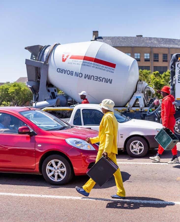 Danseurs de rue rassemblant des astuces des automobilistes à l'intersection images libres de droits