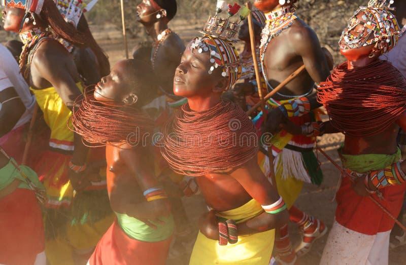 Danseurs de Samburu dans le courrier d'archers, Kenya image stock