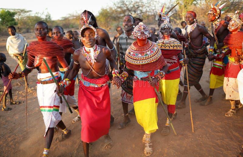 Danseurs de Samburu dans le courrier d'archers, Kenya photos stock