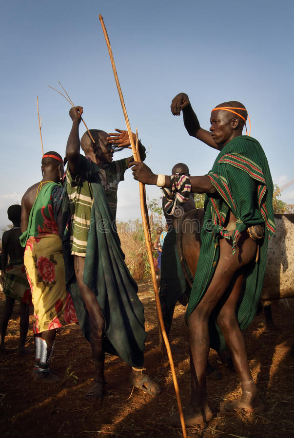 Danseurs de Suri dans Omo du sud, Ethiopie photo stock