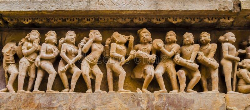 Danseurs et musiciens dans des scènes érotiques, temple de Kahjuraho, Inde image stock