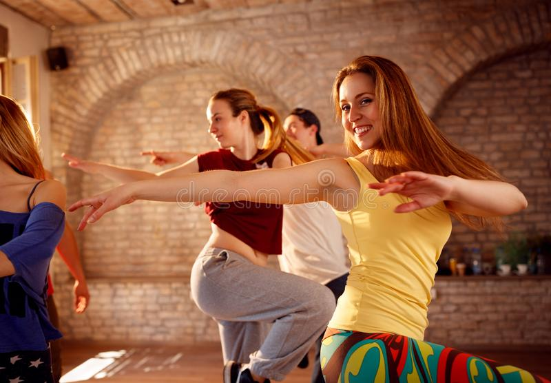 Danseurs féminins dansant dans le groupe images libres de droits