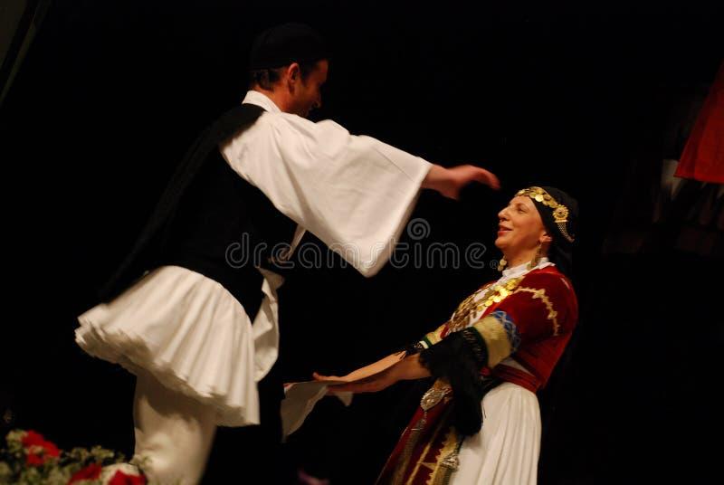 Danseurs folkloriques grecs d'isolement sur le noir images stock
