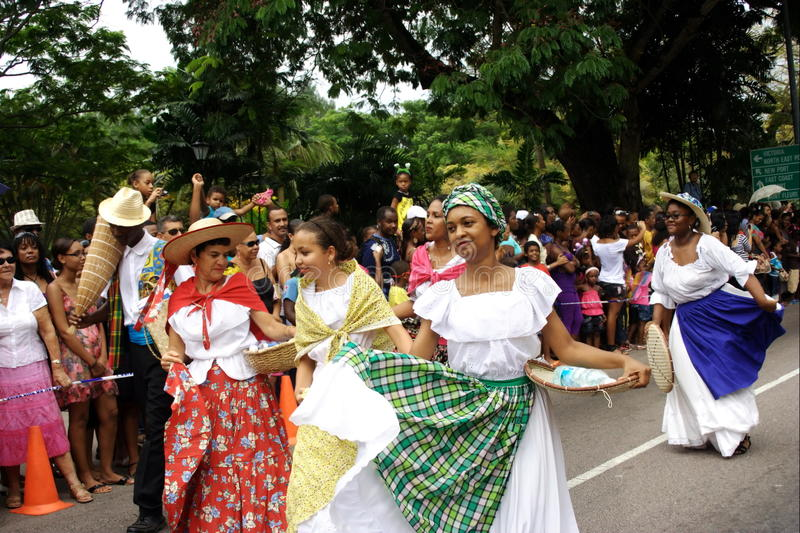 Danseurs folkloriques sur la rue de carnaval. photographie stock libre de droits
