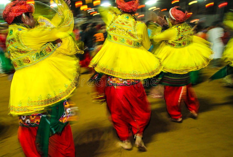 Danseurs indiens traditionnels au festival de navratri dans l'Inde la nuit photo stock