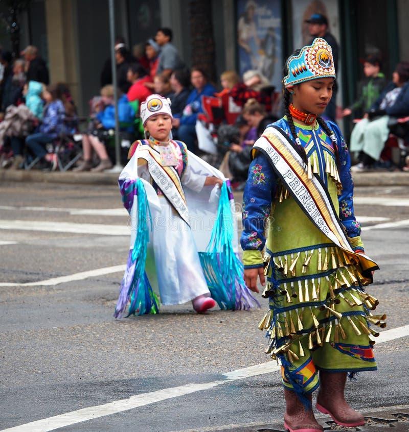 Danseurs indigènes dans le défilé de KDays à Edmonton Alberta image stock