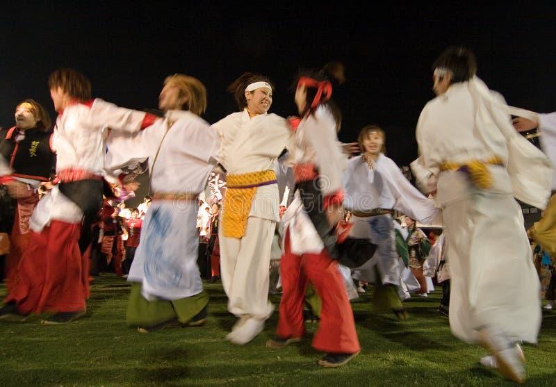 Danseurs japonais de festival de Daihanya la nuit photo libre de droits