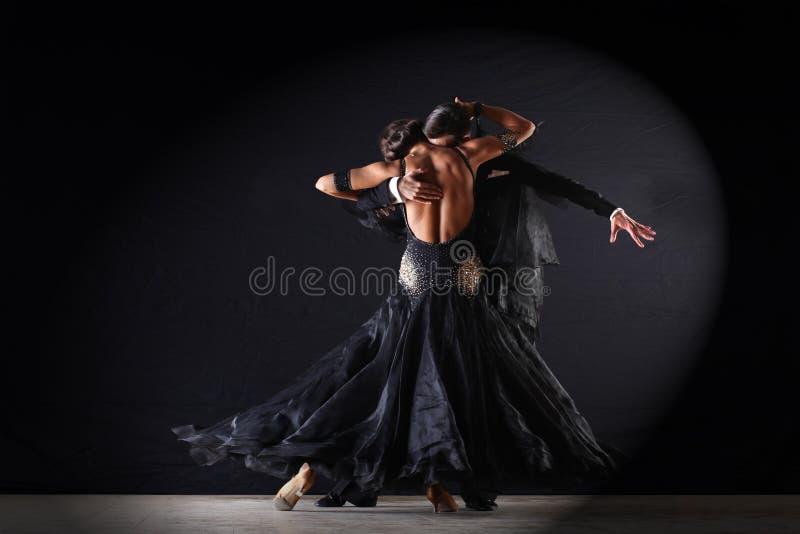 Danseurs latins dans la salle de bal photo stock