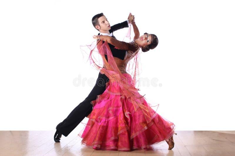 Danseurs latins dans la salle de bal photo libre de droits