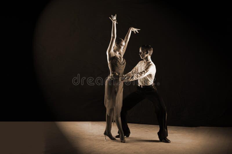Danseurs latins dans la salle de bal d'isolement sur le noir image stock
