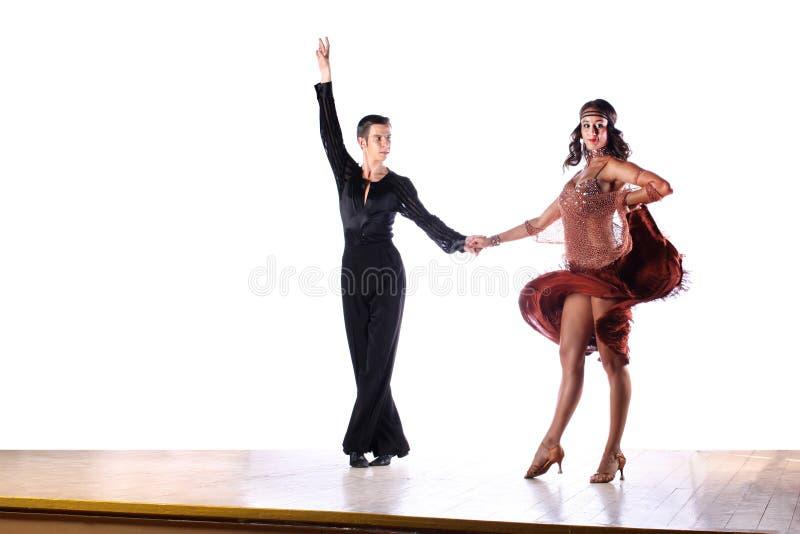 Danseurs latins dans la salle de bal sur le fond blanc photographie stock libre de droits