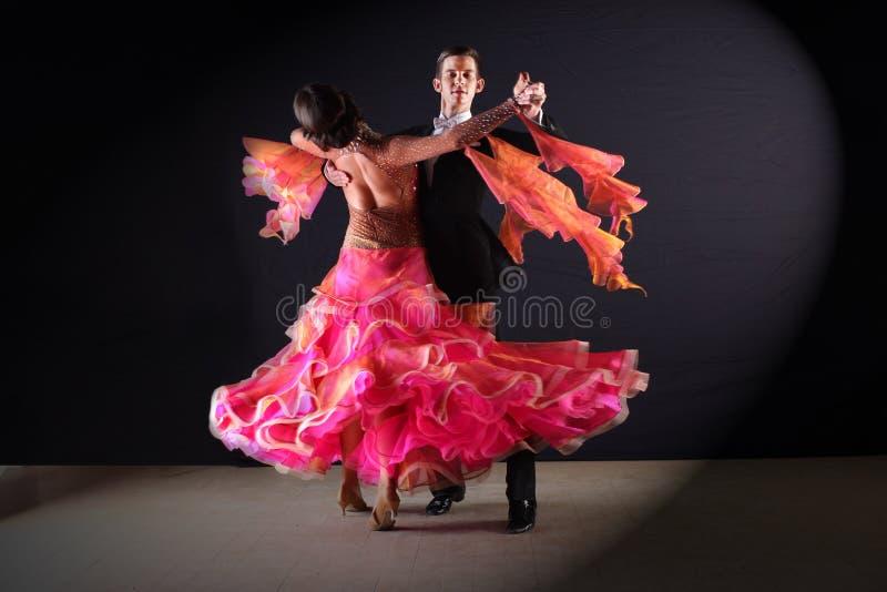 Danseurs latins dans la salle de bal sur le fond noir image libre de droits