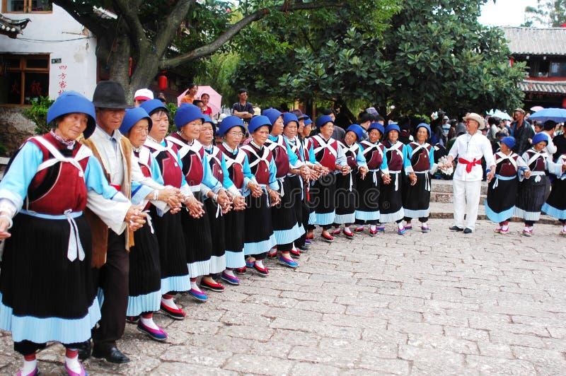 Danseurs locaux dans Lijiang image libre de droits