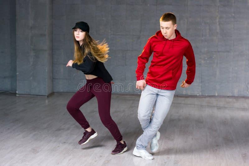 Danseurs modernes de style exécutant le hip-hop photo libre de droits