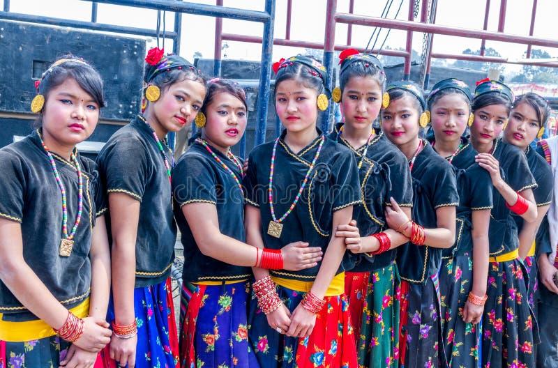 Danseurs népalais dans le vêtement traditionnel de Nepali photos libres de droits