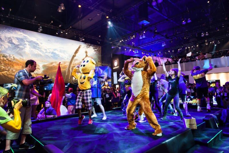 Danseurs professionnels favorisant juste la danse 2015 image stock