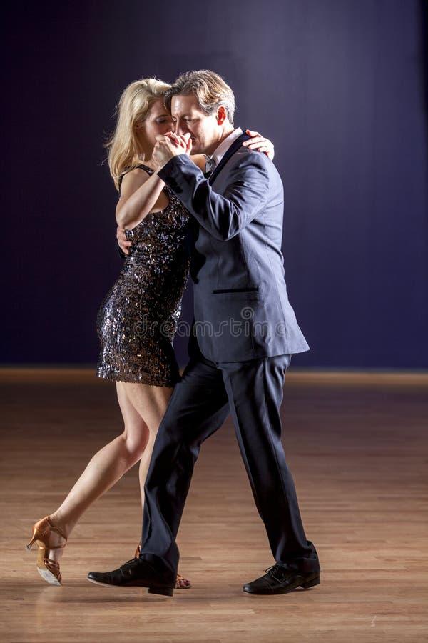 Danseurs sexy de tango images libres de droits