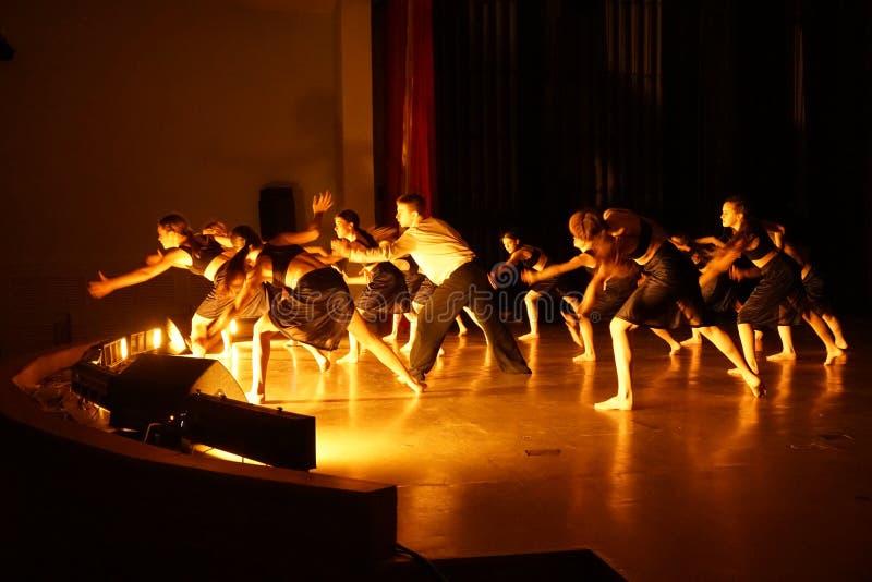 Danseurs tirant des mains en avant sur l'étape photo libre de droits