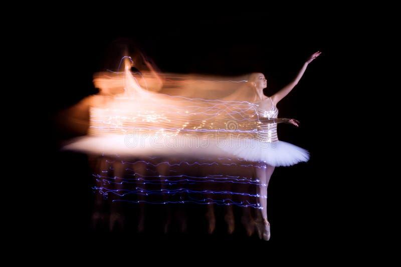 Danseuse de ballerine sur l'étape avec la traînée de silhouette image libre de droits