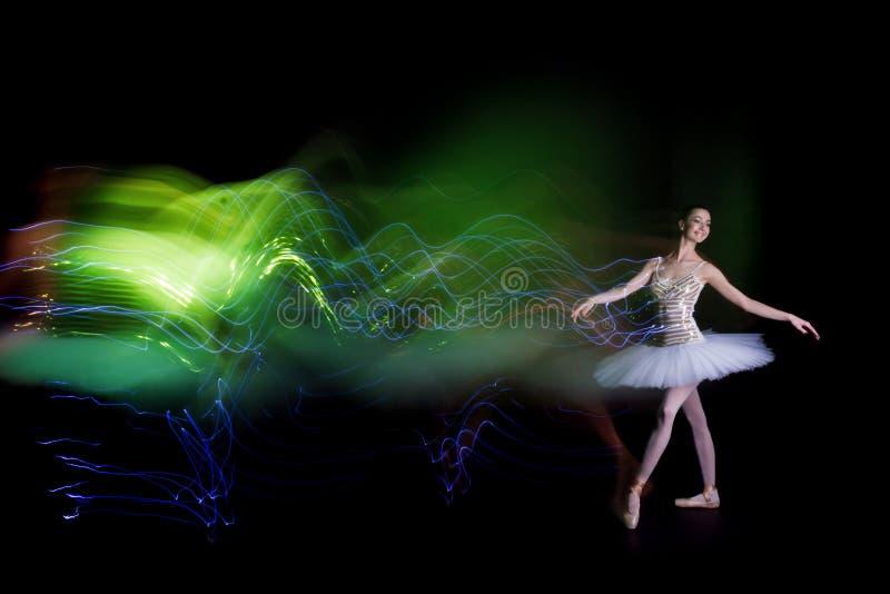 Danseuse de ballerine sur l'étape avec la traînée de silhouette images libres de droits