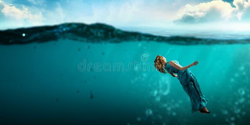Danseuse de femme dans l'eau bleue claire image libre de droits