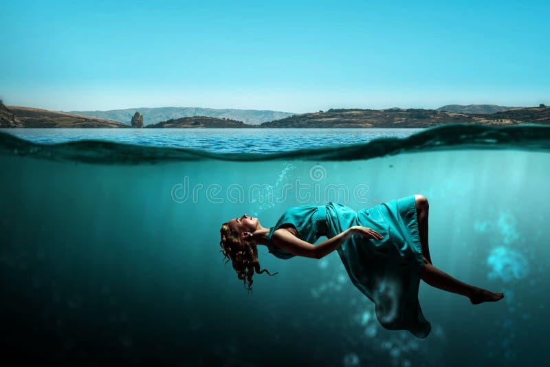 Danseuse de femme dans l'eau bleue claire illustration de vecteur
