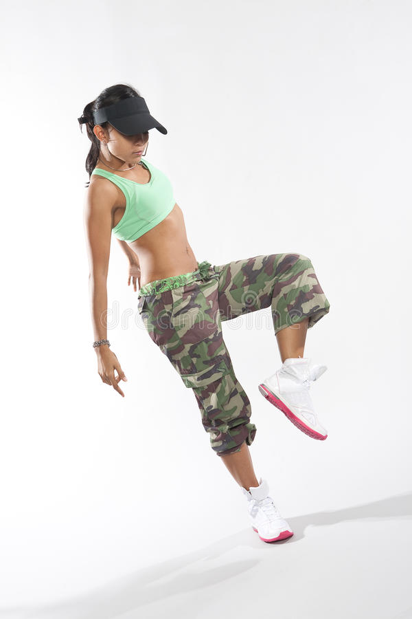 Danseuse de femme dans le vêtement d'houblon de gratte-cul heurtant une pose photos stock