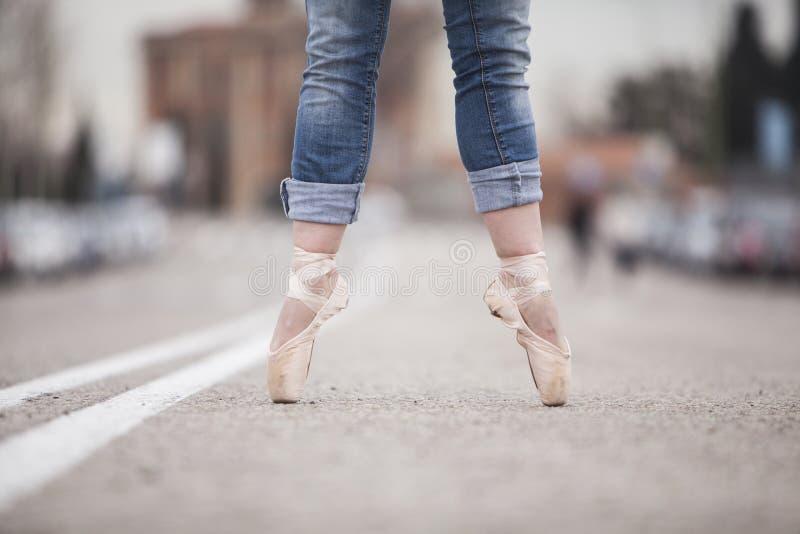 Danseuse de femme sur les astuces 06 de ballet photographie stock libre de droits
