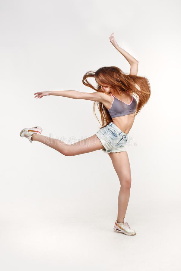 Danseuse de fille de danse avec de longs cheveux Jeune femme élégante dans la tendance photographie stock libre de droits